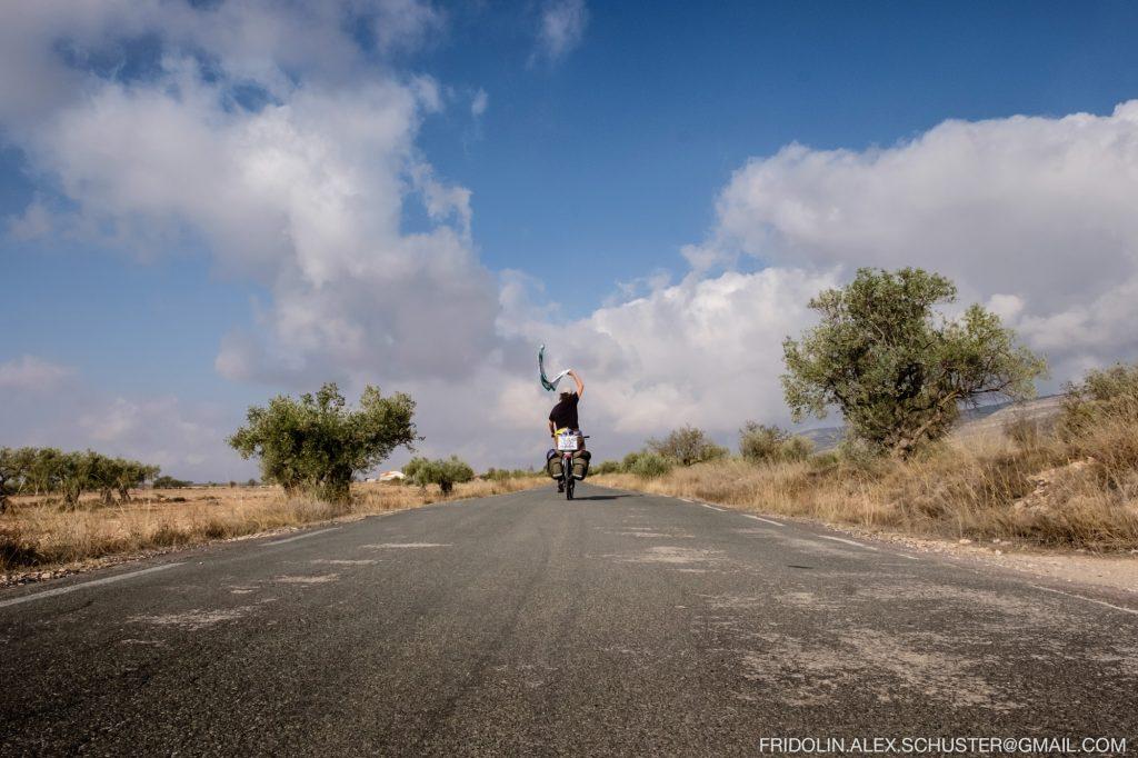 """""""Nada hay tan gratificante como el simple placer de pasear en bicicleta"""". - John F Kennedy"""